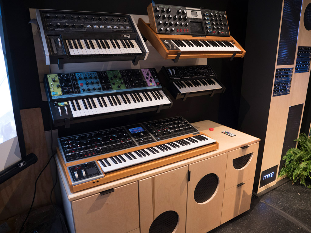 SoundLab con Micromoog, Minimoog Voyager, Matriarch, the Rogue, y Moog One